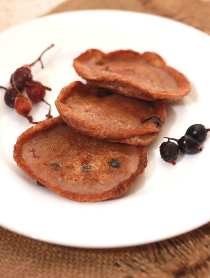 Оладьи с какао и черной смородиной