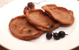 Шоколадные оладьи со смородиной