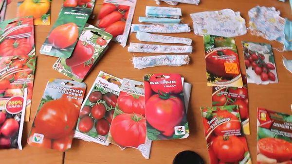 Упаковки с семенами томатов разных сортов