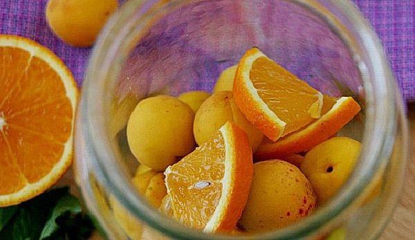 Компот с абрикосами и апельсином