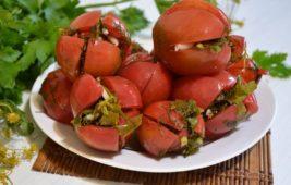 Красные помидоры фаршированные зеленью и чеснокм