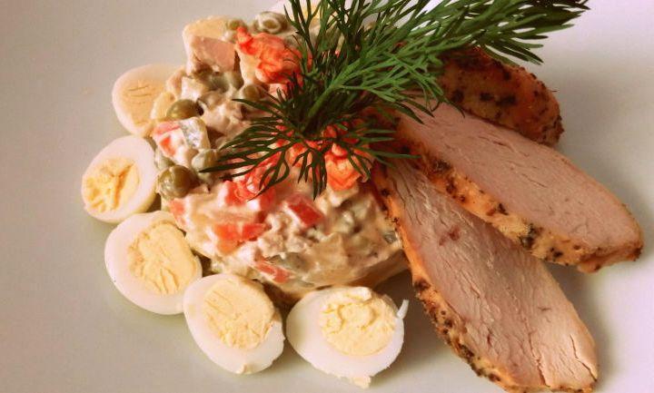 Оливье украшенный яйцами и мясом